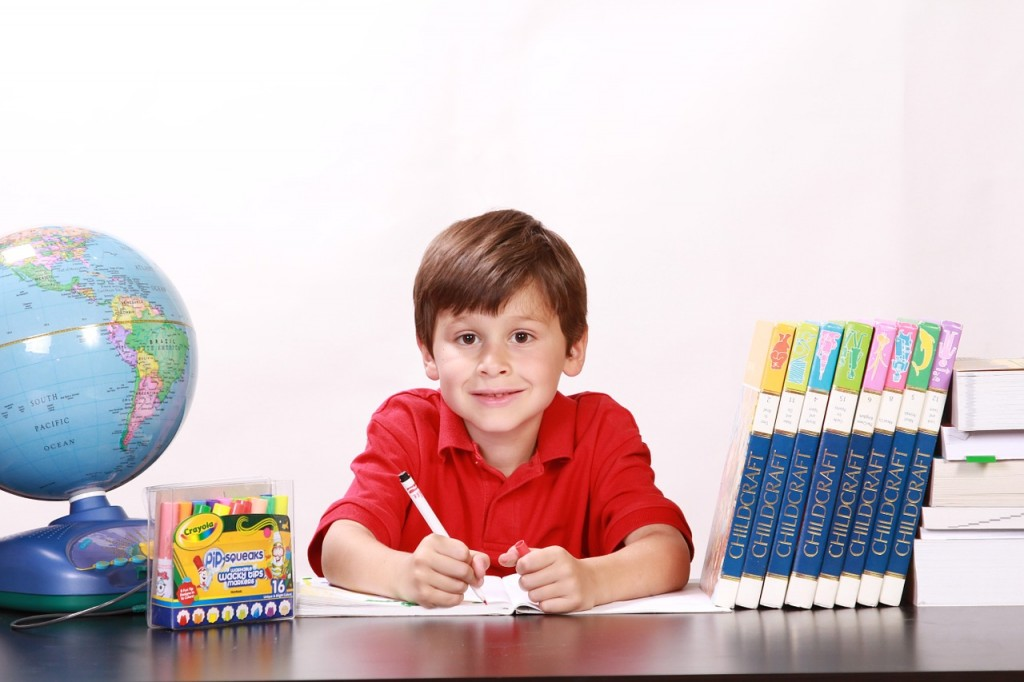 jongen school boeken wereldbol