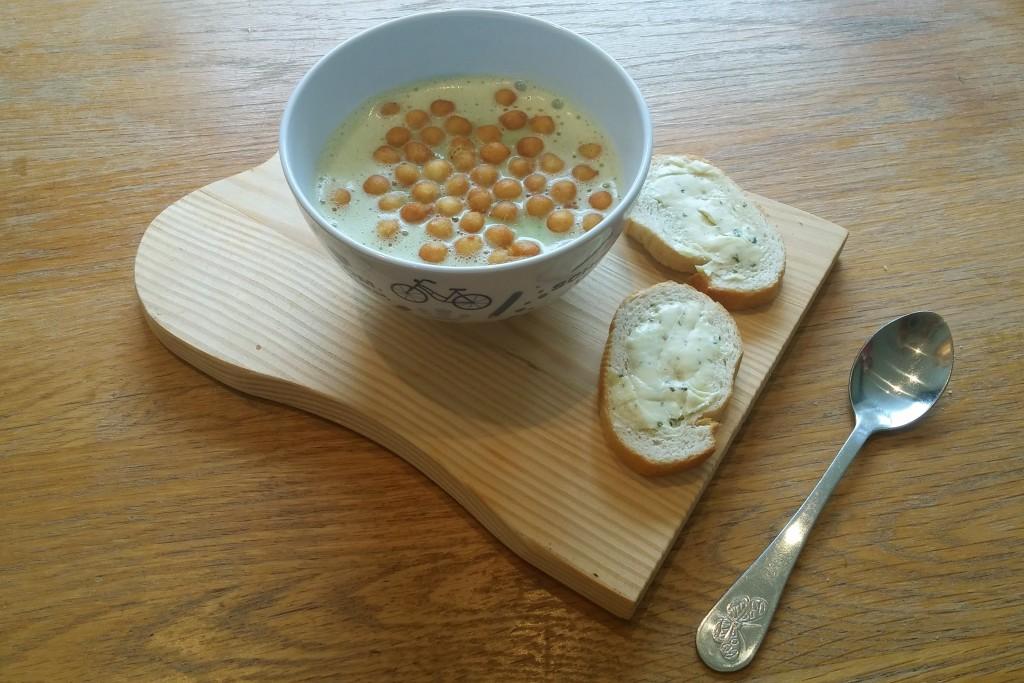courgettesoep, knapperbolletjes, stokbrood