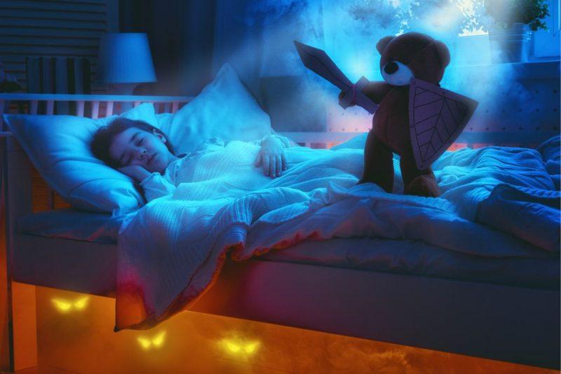 monsters bestrijden, knuffelbeer, bed, kinderkamer