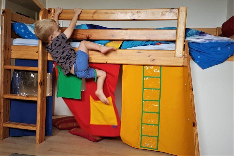 jongenspeuter, klimmen, bed