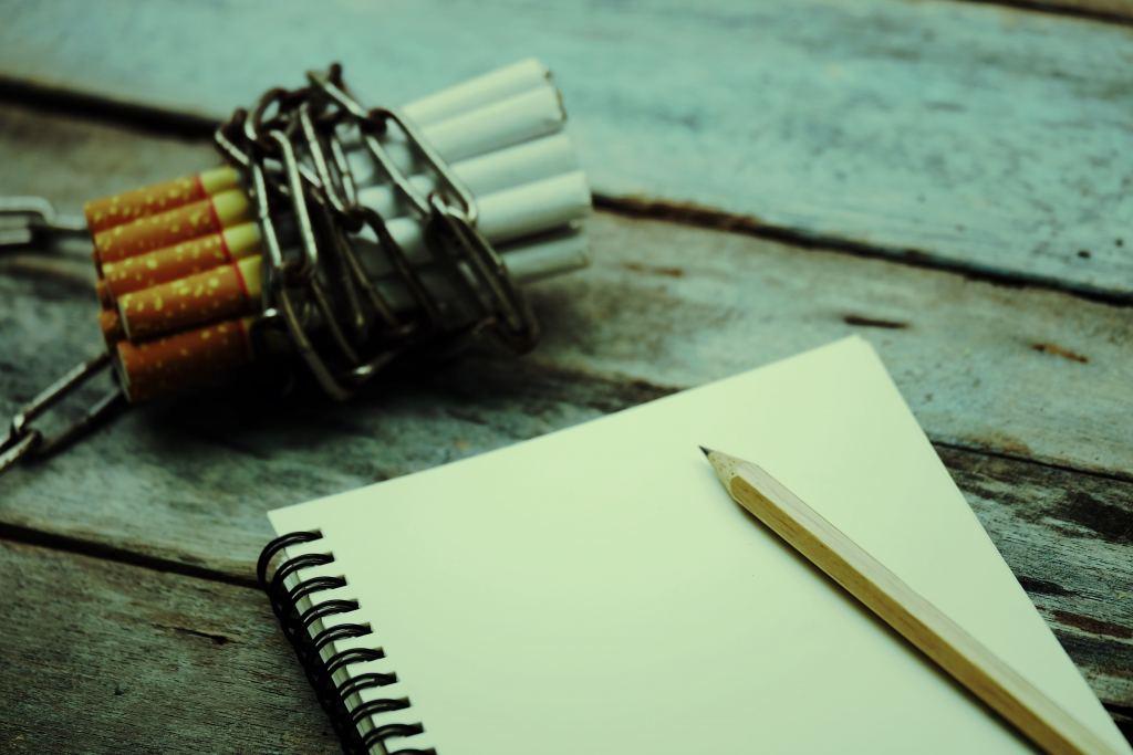 dagboek, potlood, sigaretten met ketting, niet roken