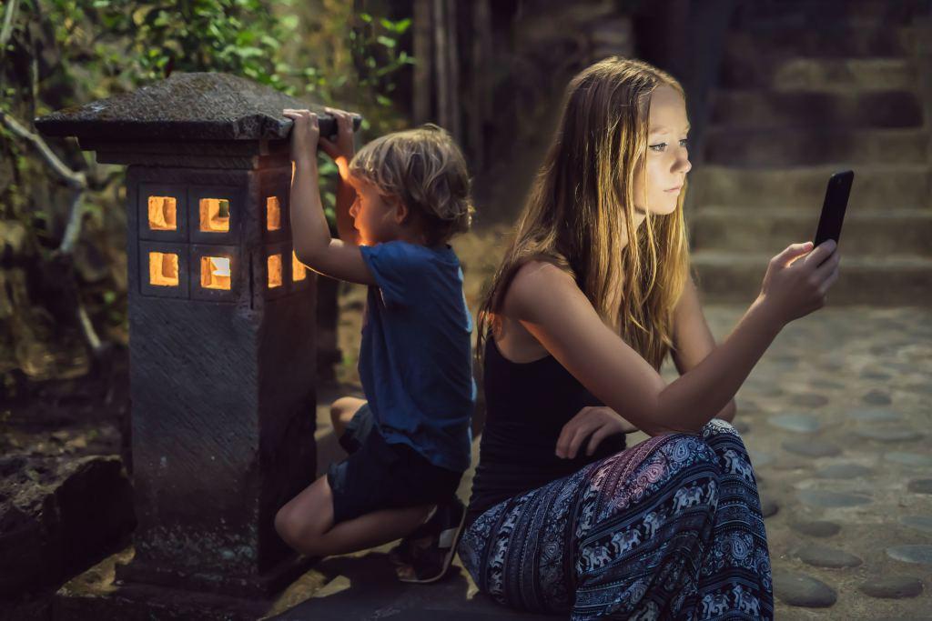 negeer je kind, moeder met smartphone