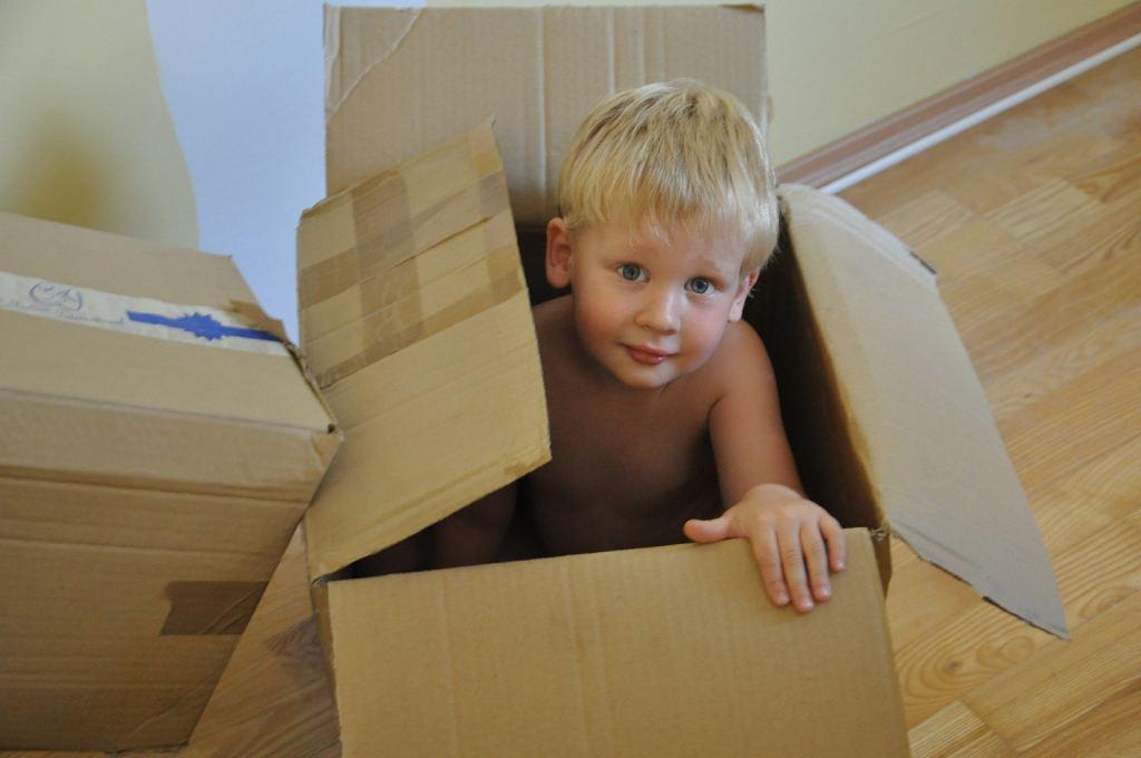 kinderen verzamelen, kind in doos